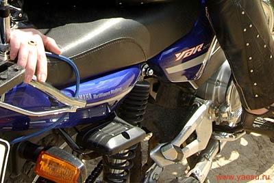Крепление блока приемо-передатчика под сиденьем мотоцикла